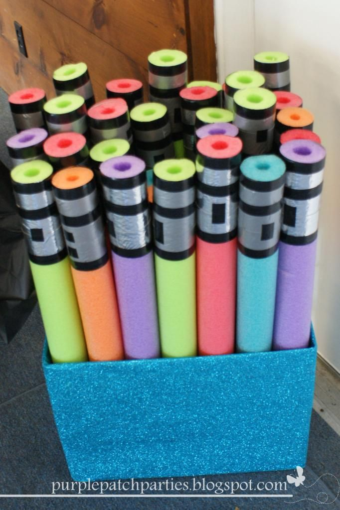 Light saber fight with pool noodles the kids take home?! I think so. MUST MAKE. Also the best Star Wars party blog.