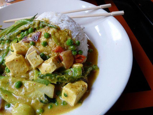 Il riso basmati con tofu al curry è un primo piatto ottimo se amate la cucina orientale. Se non vi accontentate dei classici involtini primavera, provate a prepararlo: richiederà circa 40 minuti del vostro tempo ma il gusto speziato di questo piatto saprà ripagare il vostro impegno e l'attesa. Oltre a essere una ricetta vegetariana, …