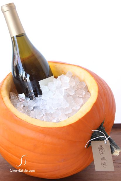 Idée original pour faire un seau à vin pour l'automne: citrouille, vin, glace.  Original idea for a wine bucket for fall: pumpkin, wine, ice.