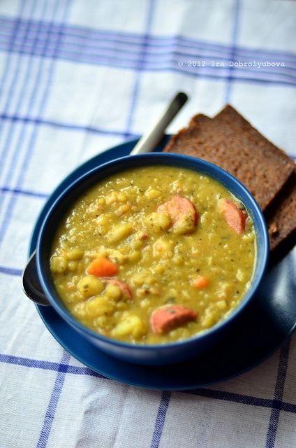 Dutch erwtensoep -split pea soup- met roggebrood en katenspek