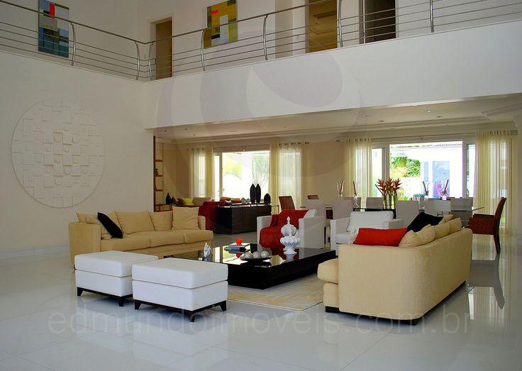 O salão principal foi dividido em quatro ambientes; além do hall de entrada, há ainda uma confortável sala de estar, a sala de jantar e um home theater, todos muito bem integrados.