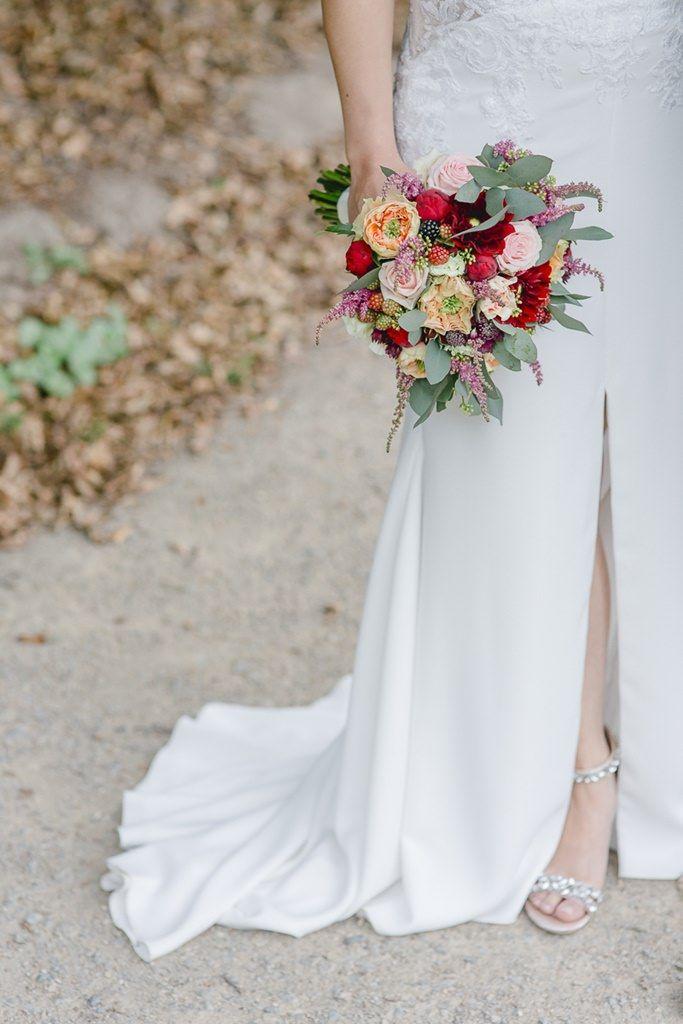 Origineller Brautstrauss Mit Rosen Eukalyptus Und Beeren Hochzeitsfotos Vintage Braut Braut Portraits