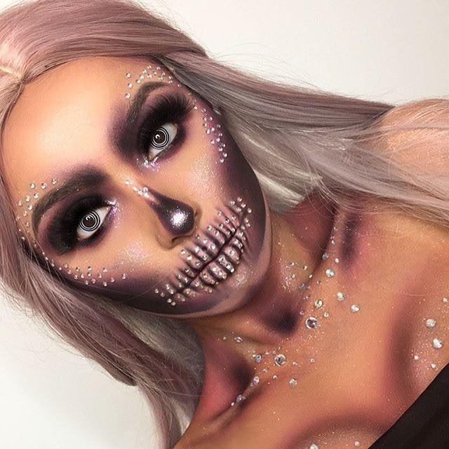 Skelett-Make-up mit zusätzlichen Kristallen für einen glamourösen Auftritt zu