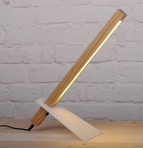 ¿Buscas una lámpara de escritorio moderno para su hogar? Nuestra lámpara minimal moderno parece más a una escultura de una luminaria con su diseño super delgado y moderno. Además de desliza pierna acrílico para ajustar la altura de la lámpara. La madera de la lámpara de escritorio tiene 18 LEDs para hacerla eficiente de la energía y una fuente de luz nítida y claro para leer o trabajar. Emite la concentración perfecta de luz cálida para centrarse en la labor que está haciendo.