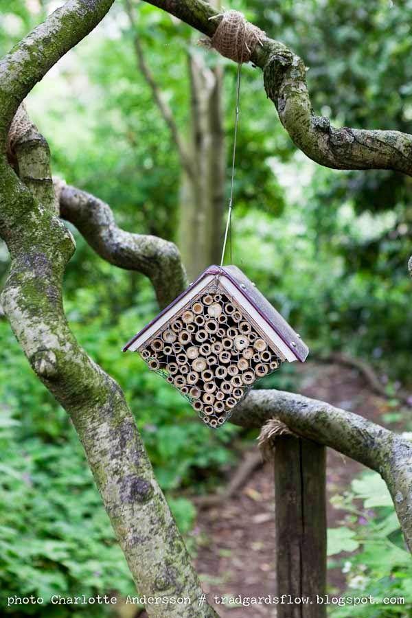 Insektenhotel aus einem alten Buch mit Plexiglas-Schutz