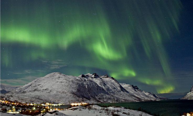 #Tromsø liegt 344km Luftlinie nördlich des Polarkreises und ist die größte Stadt im Norden #Norwegens. Die Stadt ist bekannt für die leuchtenden #Polarlichter (#Nordlichter) am Himmel, welche je nach Sonnenaktivität mehrmals pro Jahr beobachtet werden können. Eine weitere berühmte Sehenswürdigkeit ist das Polarmuseum – Besucher können sich dort über die berühmtesten Polar-Expeditionen informieren.