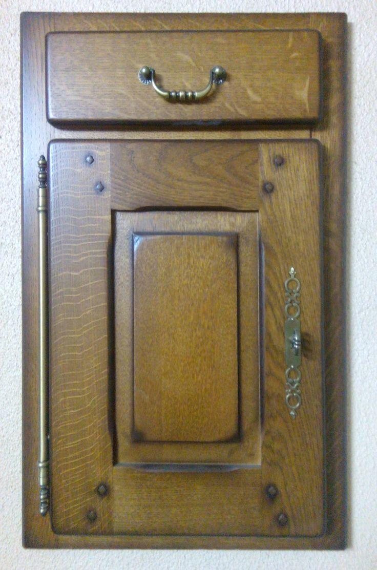 """Кухонные фасады фирмы CUISINES PHILIPPE в стиле прованс. Массив дуба, тонировка, лак. Конструктивные особенности: вертикальная наружная петля и деревянные """"гвозди""""."""