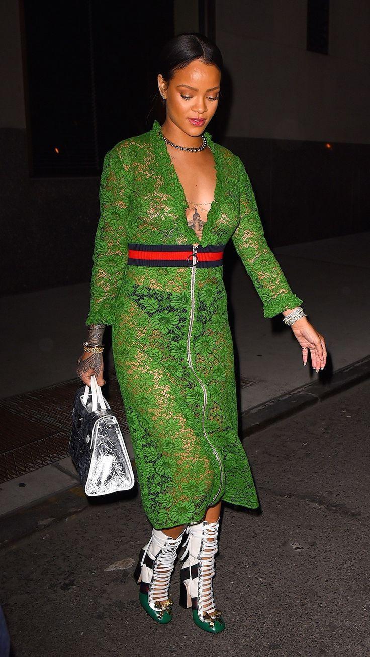 Deze smaragdgroene Gucci-jurk van Rihanna laat niets aan de verbeelding over