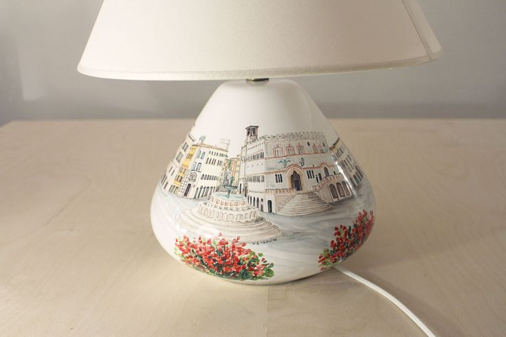 Lampada in ceramica dipinta a mano con scorcio di Perugia. Hand painted ceramic lamp with Perugia landscape. #Perugia #ceramica #umbria #eccellenze #gift #customize #ceramics #madeinitaly