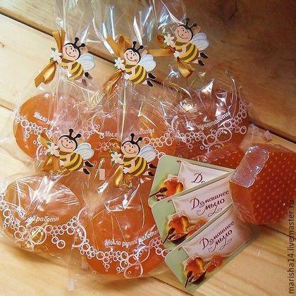 Купить или заказать Медовое мыло с прополисом в интернет-магазине на Ярмарке Мастеров. Медовое мыло состоит из натуральной органической основы, сваренной из масел, с добавлением разнотравного цветочного мёда, облепихового масла и настойки прополиса. Мёд - это уникальный продукт, который содержит витамины, микроэлементы, минеральные вещества, придаёт мягкость и эластичность коже. Для всей нашей семьи, а теперь уже и для изготовления натурального мыла и свечей, мы уже много лет берём…