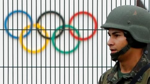 Brazilian soldier by the security fence outside the 2016 Rio Olympics Park in Rio de Janeiro (21/07/2016)