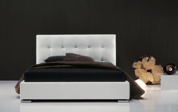 Max Capitonnè è un letto matrimoniale rivestito in tessuto di Twils. La lavorazione capitonnè non sfoderabile della testata è sicuramente l'elemento caratterizzante.