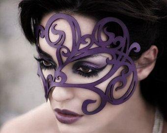 Swirly lederen masker in paars
