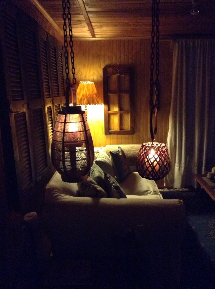 Candelabros colgados con cadenas. Una buena idea para iluminar y hacer del lugar algo mas rústico.
