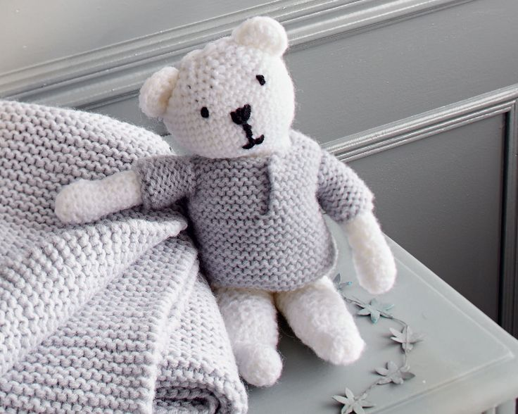 Maille après maille, tricoter un doudou ourson avec deux pelotes de laine c'est possible avec ce tuto pour initiés. C'est adorable, fait avec le cœur, lancez-vous!