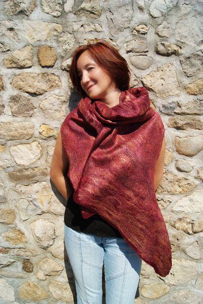 Rode Felted sjaal Merlot wollen omslagdoek Burgundy wollen sjaal rode sjaal-Hand-vilten met behulp van een traditionele NAT vilten techniek met biologische zeep uit superzachte Merino en zijde vezels (zeer rijke textuur en look aan beide zijden!).  Deze Gevilte sjaal kan worden gedragen als een sjaal of als een wrap; kan worden gevouwen en gedrapeerd op veel verschillende manieren. Het ziet er geweldig met blazers, jurken en zelfs gewoon witte shirts. Voor een meer klassieke look een…