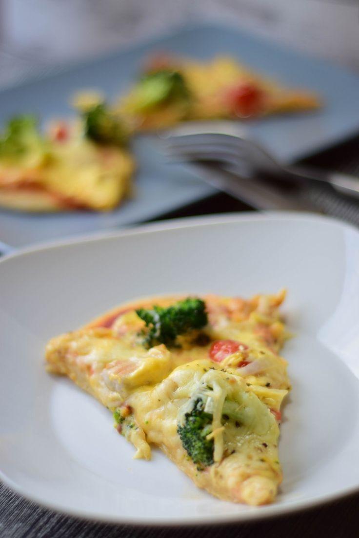 Pizza wie vom Lieferdienst: Dinkel Pizza mit Sauce Hollandaise, Pute und Brokkoli