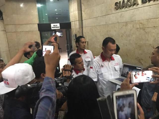 ACTA Laporkan Dugaan Kampanye Hitam Ahok-Djarot yang Sudutkan Umat Islam ke Bawaslu & Bareskrim  JAKARTA (SALAM-ONLINE): Advokat Cinta Tanah Air (ACTA) pada Senin (10/4) melaporkan dugaan pelanggaran kampanye hitam dari cagub dan cawagub petahana Basuki Tjahaja Purnama (Ahok)-Djarot terkait Video Kampanye yang dinilai menyudutkan umat Islam dan mengandung SARA ke Bawaslu dan Bareskrim Polri.  Laporan ke Bareskrim Mabes Polri di Jalan Medan Merdeka Timur No. 16 Gambir Jakarta Pusat…