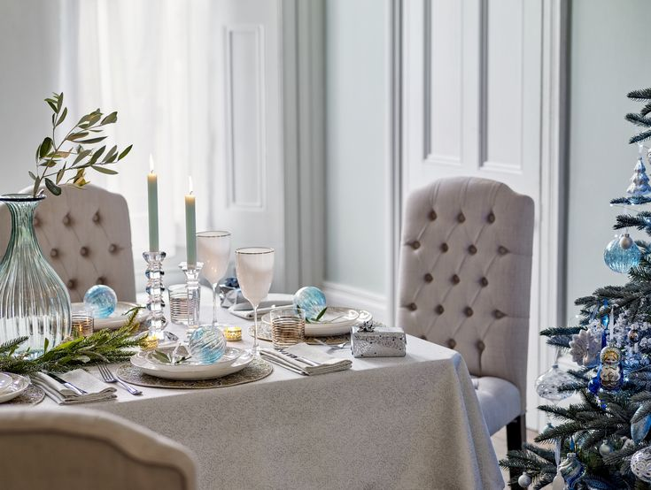 The magic of Winter Palace is captured in boutique glamour. Keep the tablecloth and napkins neutral in soft white with a subtle shimmer to allow your dinnerware, glassware and decorative trinkets to shine, with metallic accents and sparkling diamantes drawing the eye and inviting all to gather round.