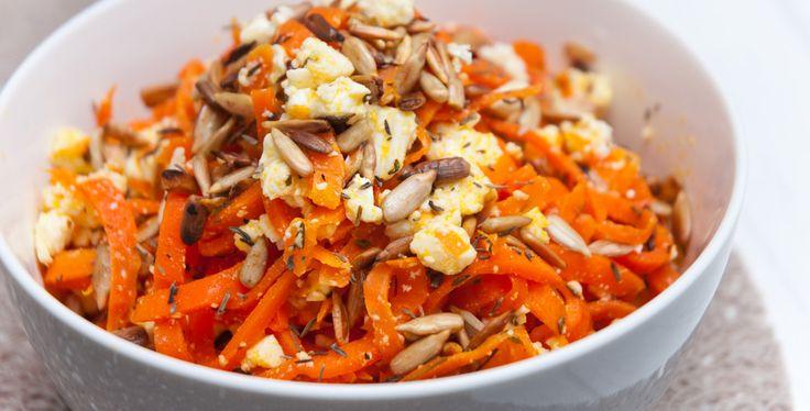 Rezept Warmer Karottensalat mit Thymian, Hirtenkäse und gerösteten Sonnenblumenkernen