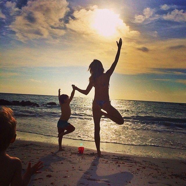 Uau! Gisele Bündchen curte praia com o filho e posa em frente ao mar