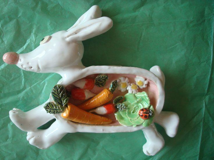a l'intérieur du ventre du lapin. A vendre sur mon site alm: http://www.alittlemarket.com/art-ceramique/fr_cadre_en_relief_ceramique_le_repas_du_lapin_blanc_-13422723.html