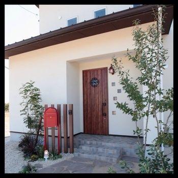 赤いポストが可愛い!シンプルで清潔感に溢れ、手入れが行き届いた感じのするとても好感の持てる玄関ポーチですね。