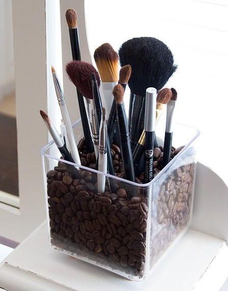 Enkla badrumstips! Add Simplicity Kaffebönor i en plastlåda eller glasskål för att hålla penslarna på plats! Både smart, snyggt (jordar det annars kalla och kala badrummet) och så luktar det ju gott också.