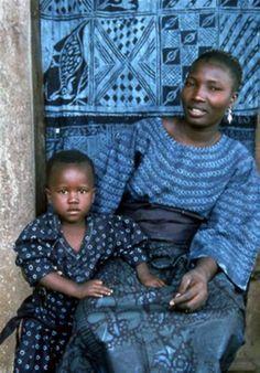 Ткань Адире родом из Нигерии. Это батик, окрашенный вручную в синий цвет или индиго. Традиционно белые или светло-голубые узоры наносили с помощью перьев или пальмовых волокон на темно-синюю ткань. Каждый узор имел свой смысл, поэтому каждая ткань несла свое уникальное послание.