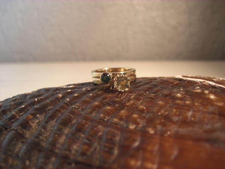 Ringen gemaakt uit oud goud met smaragd en citrien