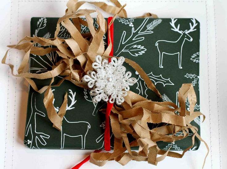 shredded paper bows: Wrapped Well, Gift Wrapping, Charmingly Crafty, Wrapping Ideas, Paper Crafts, Handmade Wrapping, Paper Decorations, Christmas Wrapping