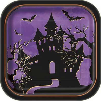 10 paarse Halloween / griezel bordjes bedrukt met een eng huis. Ben jij bezig met de organisatie van een lekker griezelig kinderfeestje? Met deze bordjes heb je het thema al snel compleet!   De bordjes zijn zo'n 18cm x 18cm (geschikt als taart bordjes) en zijn van karton gemaakt.