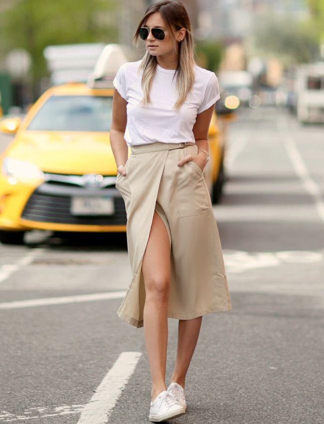 Tee-shirt blanc basique + jupe portefeuille taille haute camel + baskets blanches + bronzage caramel = le bon mix