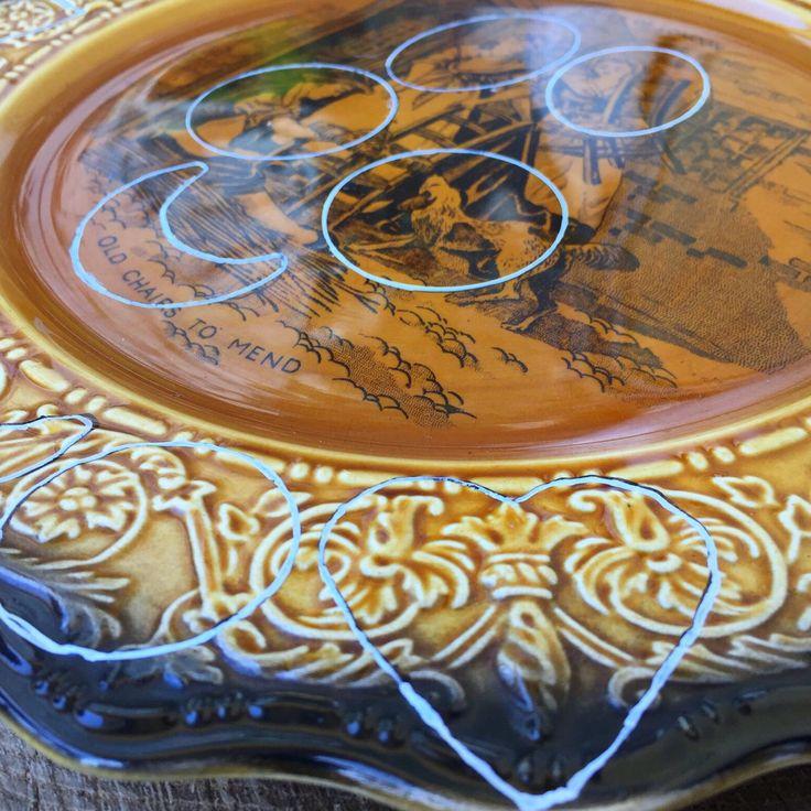 Tutto parte da qui: un piatto sbeccato in ceramica inglese e l'immaginazione necessaria a vedere tutti i ciondoli giá finiti sul piatto ancora da tagliare ☺️.