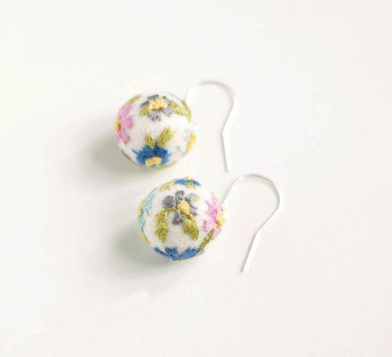 Summer Flower felt earrings  embroidered felt dangle by Feltik,: Felt Dangle, Earrings Embroidered, Diy Fun, Felt Earrings, Embroidered Felt, Fiber Art, Summer Flower