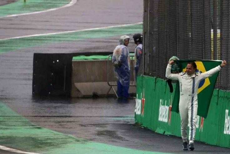 Felipe Massa, il saluto commosso al suo ultimo Gp in Brasile Ha salutato il suo pubblico con la bandiera del Brasile in spalla. Tra le lacrime è rientrato a piedi ai box, dopo essersi ritirato a causa di un incidente. Commovente l'abbraccio coi meccanici della #brasile #massa #formula1 #interlagos