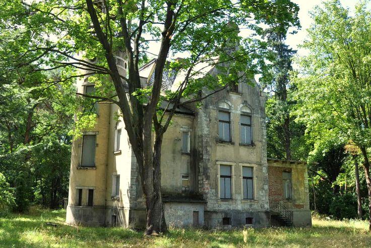 """willa """"Zameczek"""" od strony ogrodu, zdjęcie z 2015r http://www.konstancina.pl/pokaz-oferte/Willa_w_stylu_eklektycznym.html"""