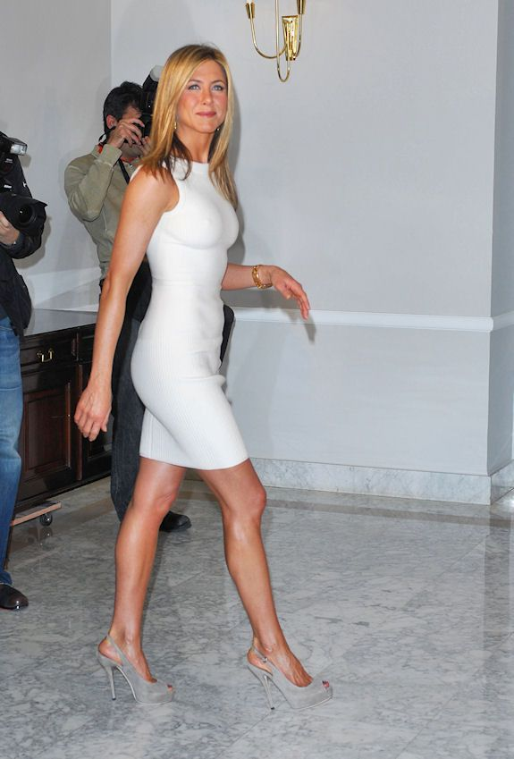 """Jennifer Aniston in white for an event promoting """"The Bounty Hunter"""" in Madrid."""