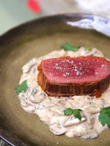 Rôti de boeuf au four, sauce aux champignons et pesto rouge - Recette de cuisine Marmiton : une recette