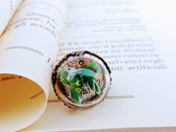 Maxi anello con farfalla origami verde all'interno di mezza sfera in vetro infrangibile montatura in metallo anallergico color bronzo di diCartaediFilo su Etsy