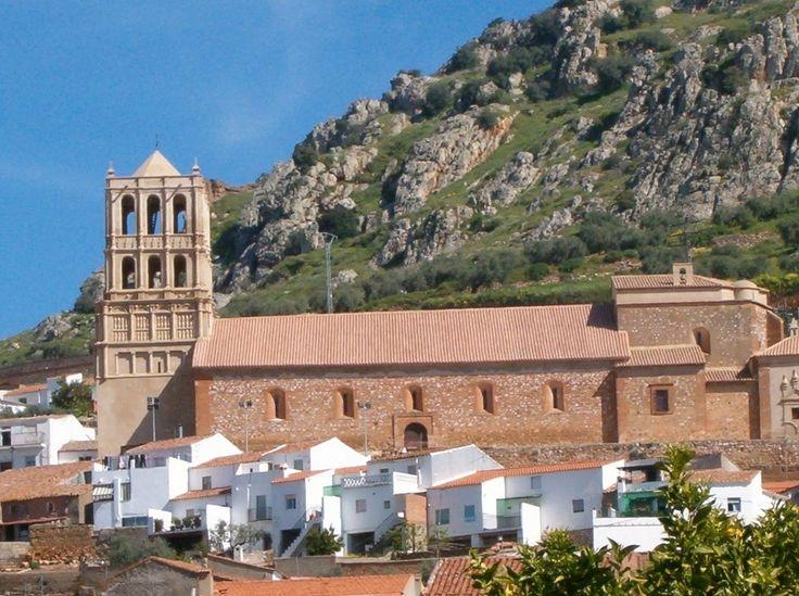 Otra imagen de la iglesia de Hornachos con la Sierra Grande detrás. Se trata de una Zona de Especial Protección por la riqueza de su fauna.