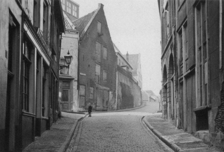 Vleeshouwerstraat, vanuit de Lindenberg in de richting van de Grotestraat, links de Strikstraat, daarboven zijn nog drie ramen zichtbaar van Huize Bethlehem 1938, Nijmegen