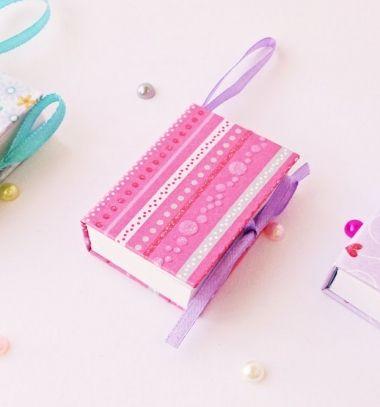 Ezek a rendkívül jópofa miniatűr könyvek / jegyzetfüzetek egy kis papír és némi ragasztó segítségével rendkívül egyszerűen elkészíthetőek, és tökéletes ajándékok lehetnek bármilyen alkalomra! Kreatív ötlet ugye? Ráadásul ennek a klassz videó bemutatónak asegítségével most te ispillanatok alatt elkészíthetsz egy személyre szabott mini kulcstartó könyvecskét magadnak vagy a barátaidnak! Ha kiegészíted szívhez szóló üzenetekkel, idézetekkel, emlékekkel, akkor még személyesebbé teheted az…