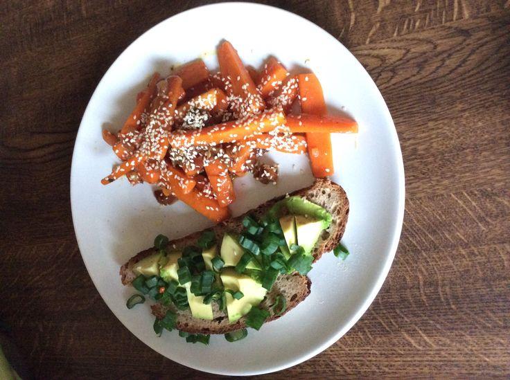 geschmorte Karotten mit Chilli und Sesam, dazu Avocadosalat