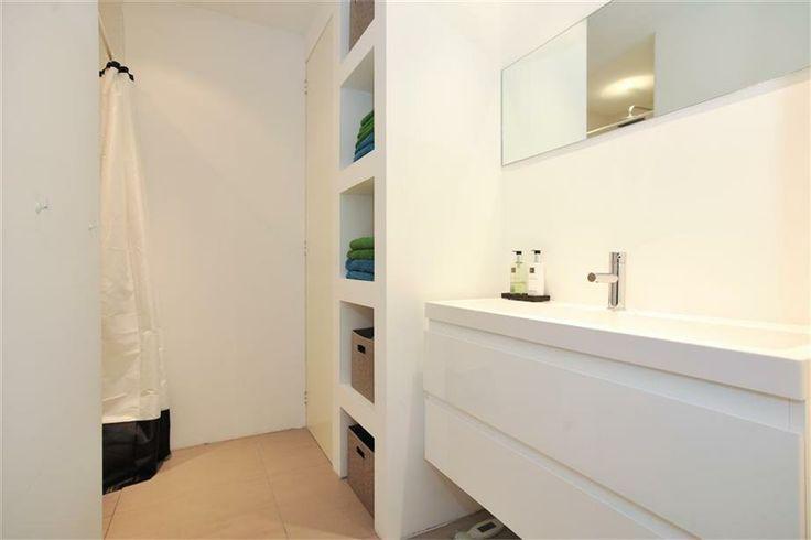 clean bathroom | Finsenstraat 21 hs 1098 RE Amsterdam - Foto's [funda]