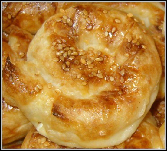 Sütlü Gül Böreği – Hamur işi Tarifi   Malzemeler:  - 3 yufka - 100 gram kaşar rendesi - 1 çay bardağı erimiş margarin  Üzeri İçin : - 2 yumurtar - 1 su bardağı süt - Susam