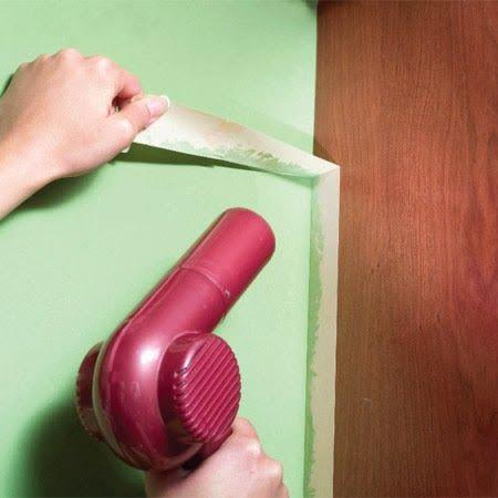 Dicas do Novo Apê - Se você estiver com dificuldades de retirar a fita crepe do rodapé e dos cantos, e ela estiver rasgando, utilize um secador para aquecê-la. Dessa forma, a cola da fita irá derreter, e facilitar o trabalho.