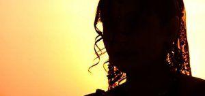 Una cerimonia di nozze insolita ha visto un 18enne sposare il suo compagno a quattro zampe, davanti a 70 persone. Mangli Munda, una abitante di un remoto villaggio nello stato indiano di Jharkhand, ha preso parte alla cerimonia, dopo che un guru locale era riuscito a convincere i suoi genitori che era sotto un incantesimo […]