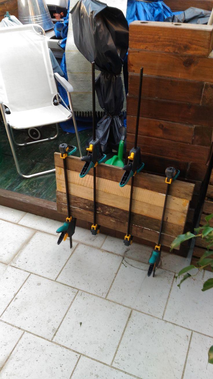 """Incollaggio legno riciclato """"pallet"""" con morsetti stringenti per ricavare un tavolato che servirà a ricavare due sedute per gli sgabelli da restaurare"""