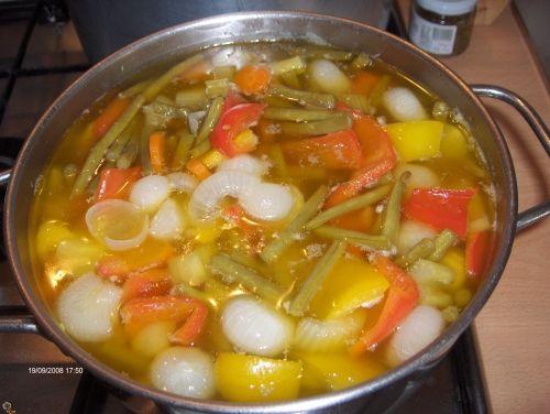Verdurine in agrodolce - Archivi - Cookaround uesta ricetta me l'ha passata ieri la mia amica stefy,nonche' vicina di casa,perche' non provarla subito ????? INGREDIENTI: gr.500 cipolline borretane gr.300 fagiolini gr.300 carote gr.300 peperoni gialli e rossi 3 gambi di sedano 2 spicchi i aglio 1 litro aceto bianco 2 bicchieri olio evo 80 gr. zucchero 1 manciata di sale grosso il peso delle verdure e' inteso come verdure gia' pulite ... Categorie  LE MIE CONSERVE e LIQUORI